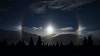 Illustration for article titled A ring of illuminated ice crystals encircle an Alaskan moon