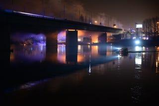Illustration for article titled Tizenkét órán át égett egy híd Varsóban