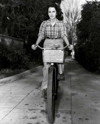 Illustration for article titled Elizabeth Taylor and Her Schwinn