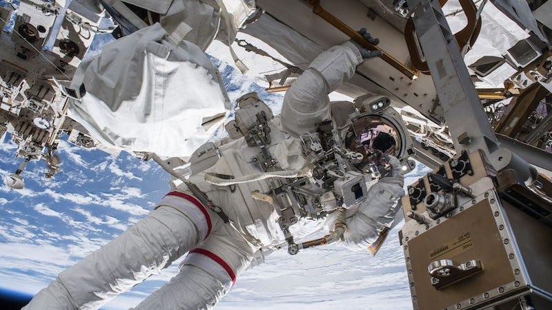 El astronauta Drew Feustel realiza un paseo espacial en 2018. El paseo duró más de seis horas.