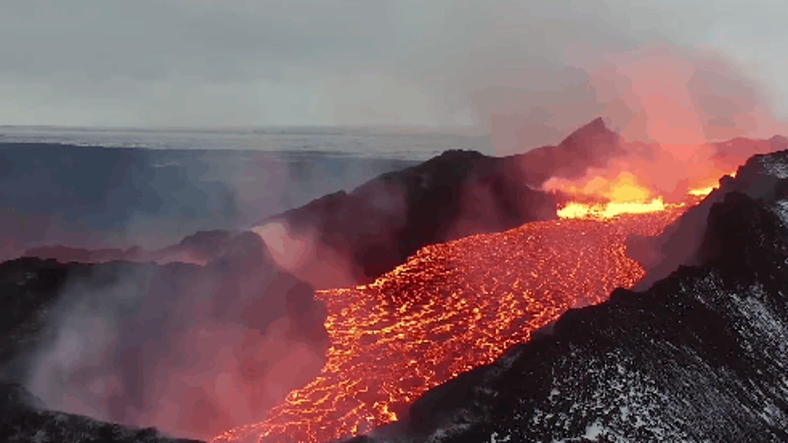 Este recorrido en dron nos pasea sobre un impresionante río de lava y fuego