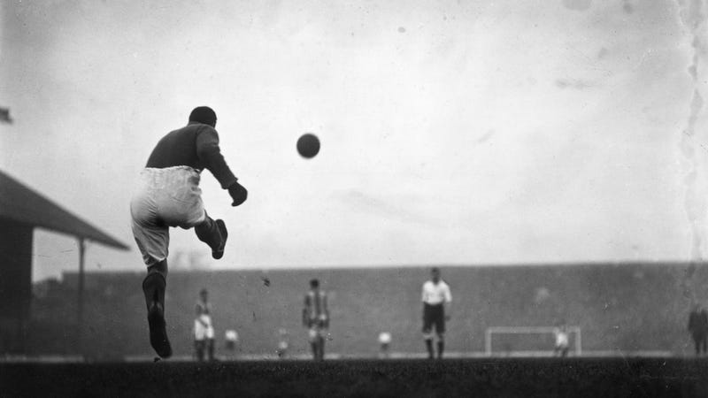 Illustration for article titled Take A Tour Of English Soccer History With These Cool, Old-Timey Photos