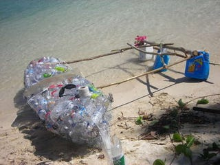 Illustration for article titled This DIY Plastic Bottle Kayak The Only Desert Island How To Guide You Need