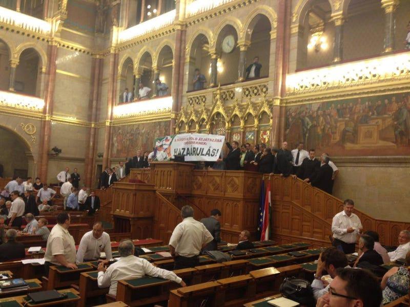 Illustration for article titled A Jobbik tüntetett a Parlamentben, mégis megszavazták a földtörvényt