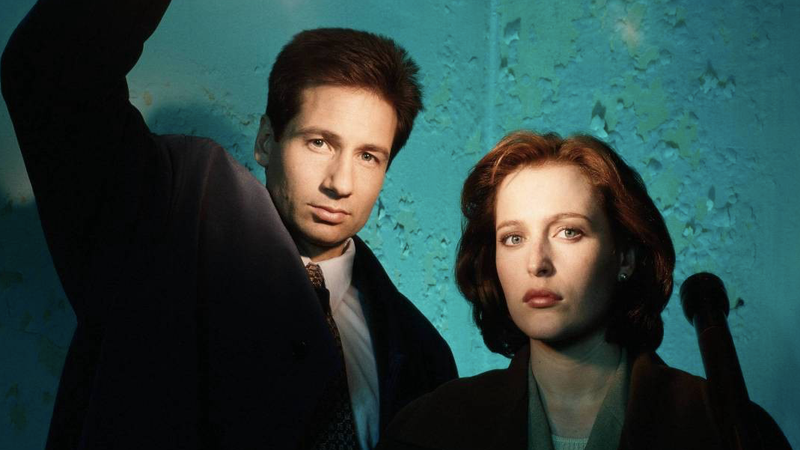 From left to right: David Duchovny as Fox Mulder and Gillian Anderson as Dana Scully.