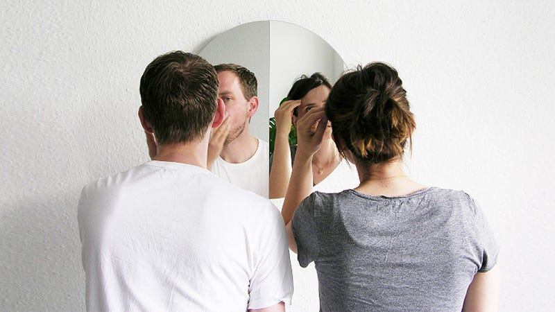 Illustration for article titled Simple Optics Make This Clever Mirror Much Easier to Share
