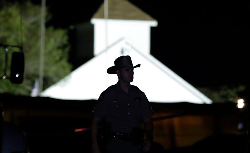Policía frente a la iglesia del tiroteo. AP