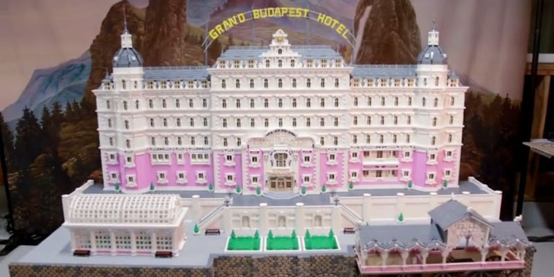 Illustration for article titled 50 000 legókockából építették meg a Grand Budapest Hotelt