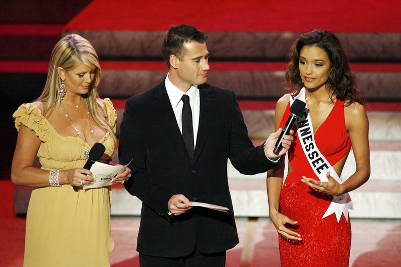 Nancy O'Dell hosting the Miss USA Pageant in 2007, despite Trump's better efforts. (Image via Getty)