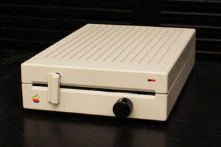 Illustration for article titled Apple Floppy Drive Amp Mod is Retrofabulous