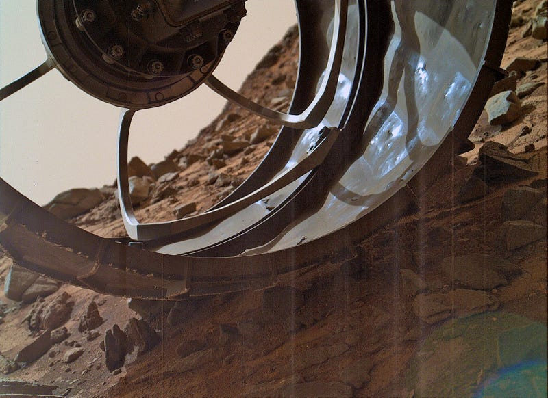 Illustration for article titled Curiosity rover snaps cool Mars shot through damaged wheel