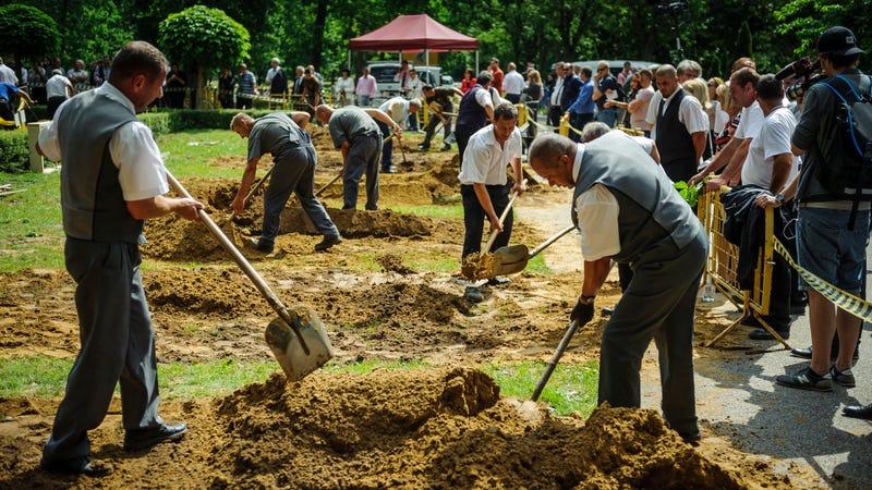 Campeonato nacional de sepultureros en Hungría. Imágenes: AP
