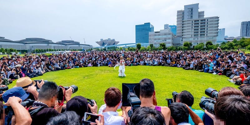 Illustration for article titled Japan's Most Famous Cosplayer Draws A Huge Crowd