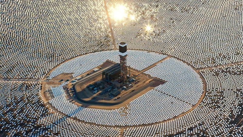 Illustration for article titled La planta solar más grande del mundo ciega a los pilotos cercanos