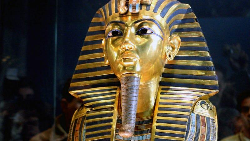 Illustration for article titled Rompen la máscara de Tutankamón y la dañan aún más al arreglarla