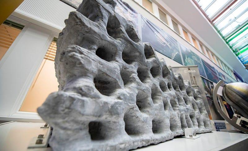 Illustration for article titled Este bloque de 1,5 toneladas impreso en 3D con polvo lunar es un paso más hacia la primera base en la Luna