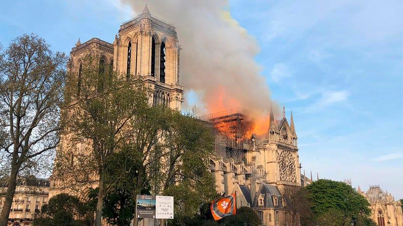 Un incendio ha derrumbado el tejado y la aguja de la catedral de Notre Dame en París