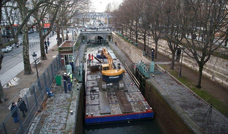 Illustration for article titled Bicicletas, pistolas y monedas de oro: todo lo que aparece al drenar un canal en París
