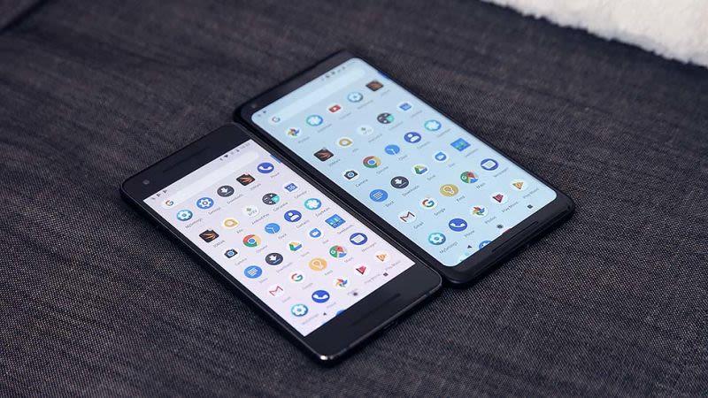 A la izquierda, el Pixel 2 y sus colores más vivos. A la derecha, el Pixel 2 XL con una notable diferencia de colores en la pantalla. (Foto: Sam Rutherford / Gizmodo)