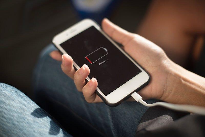 df303664104 Poner tu móvil en modo avión no te ayudará a cargarlo más rápido.
