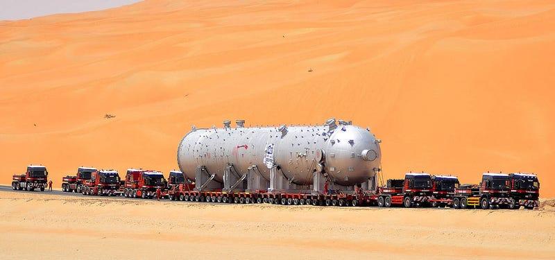 Illustration for article titled Cómo se transporta un reactor de 1.000 toneladas a través del desierto