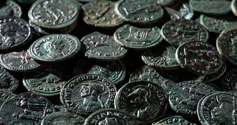 Illustration for article titled Encuentra 4.000 monedas romanas de hace 1.700 años tratando de acabar con un topo