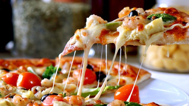 Olvídate del microondas, este es el truco para recalentar la pizza del día anterior y que luzca como recién salida del horno