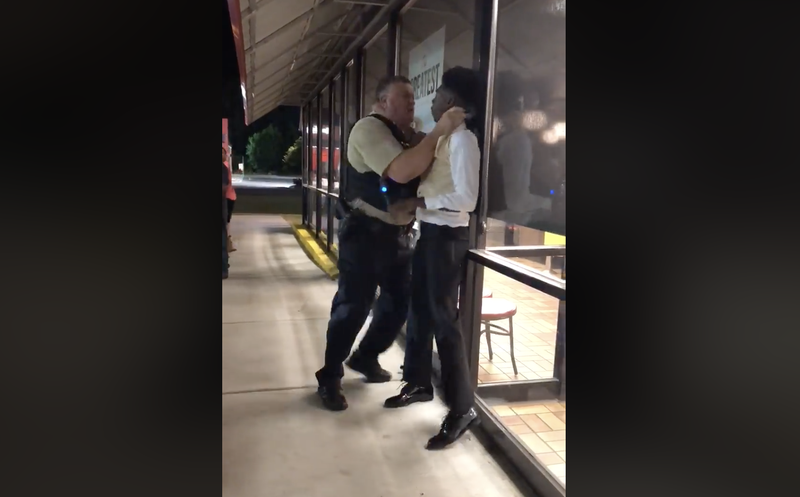 Illustration for article titled Waffle House Customer Choked by Police Officer Says Employees Called Him a Gay Slur [Updated]