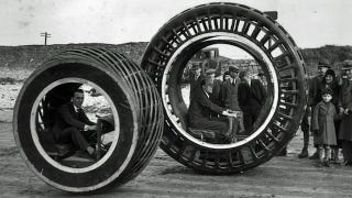 Illustration for article titled This electric car was invented in 1932 and looked like a giant hamster wheel