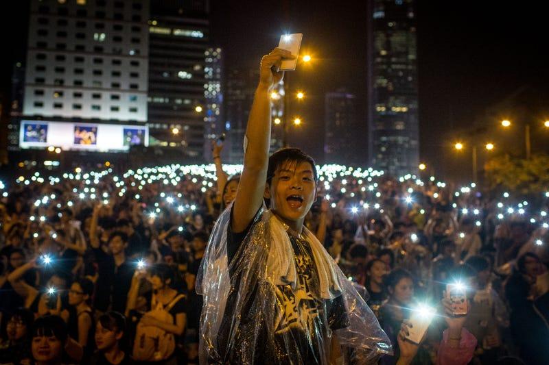 Illustration for article titled La luz de los móviles, símbolo de las protestas en Hong Kong