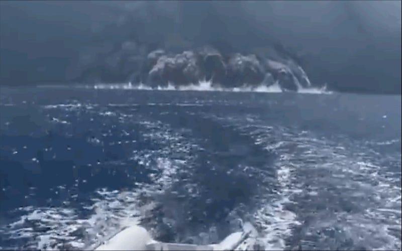 Graban el flujo piroclástico de un volcán cuando estaba a punto de abrasar su embarcación