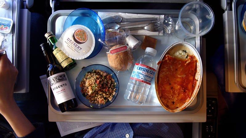 Illustration for article titled Lo que quizá no sabías sobre la comida de los aviones: si te quedas con hambre, puedes repetir gratis