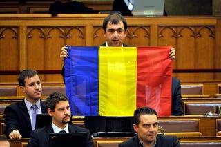 Illustration for article titled Mint pap szájában a káromkodás – zászlóügyek jönnek nyakra-főre!