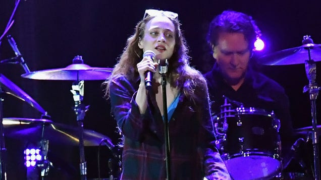 Here's Fiona Apple singing a Temple Of The Dog song at last night's Chris Cornell tribute concert