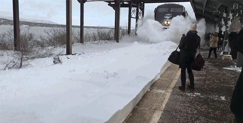 EUA: Pasajeros son golpeados por una avalancha de nieve provocada por tren