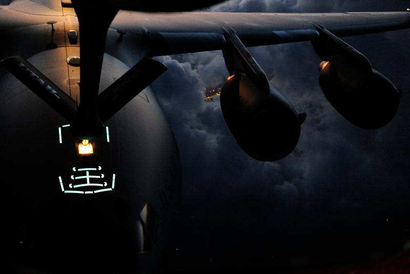 Illustration for article titled The Tranquil, Tron-Like Beauty of a Plane Refueling in Mid-Air