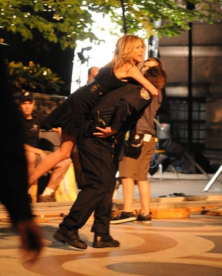 Illustration for article titled Jennifer Aniston Messes With NYPD, Gets Carried Away