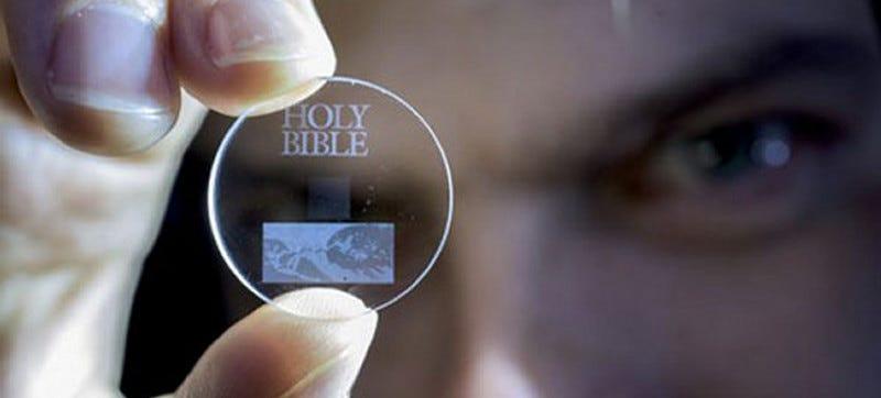 Illustration for article titled Estos discos de cuarzo pueden almacenar 360 TB de datos durante miles de millones de años