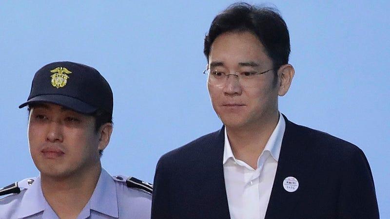 El jefe de Samsung, condenado a cinco años de prisión, sale de la cárcel por sorpresa