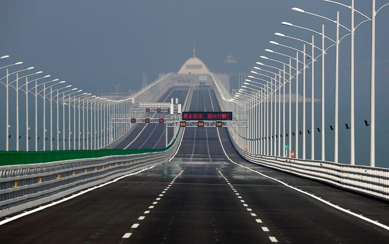 Illustration for article titled China inaugura el puente marítimo más largo del mundo, un monstruo de 55 km y 360.000 toneladas de acero