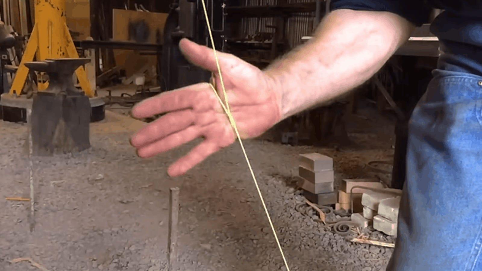 Cómo cortar una cuerda usando solamente tus manos