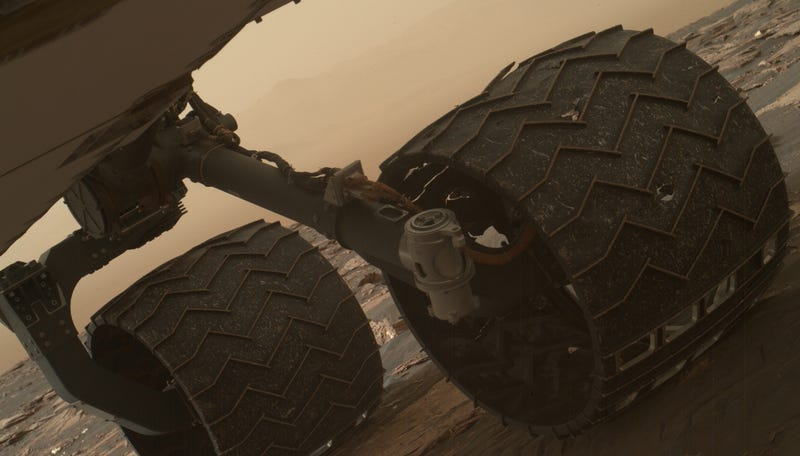 Two treads, or grousers, on Curiosity's left middle wheel are broken. In this image, a torn grouser can be seen at the top of the wheel. (Image: NASA/JPL-Caltech/MSSS)