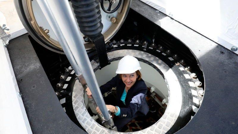 La ministra de defensa francesa, Florence Parly, saliendo de un submarino nuclear.Foto: Ludovic Marin (AP)