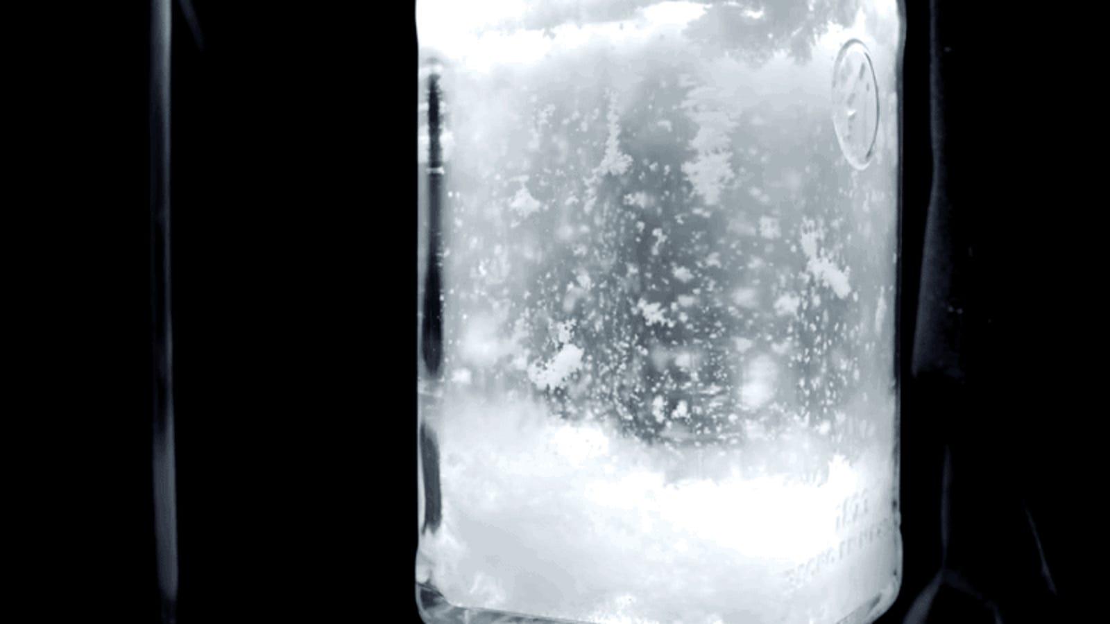 Cómo hacer que nieve dentro de una botella con solo vodka y un puñado de elementos químicos