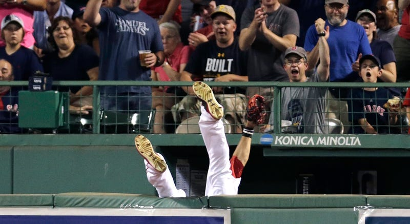 Illustration for article titled Mookie Betts's Tumbling Catch Results In A Homer After He Drops Ball