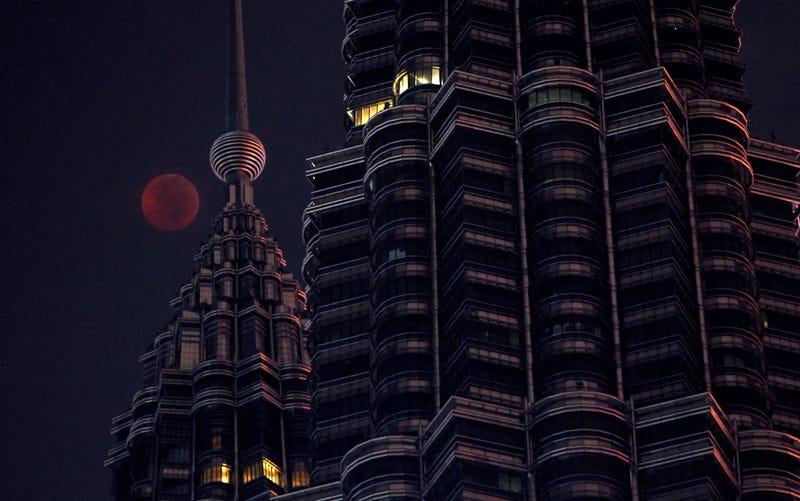 Foto del eclipse lunar total capturada en Kuala Lumpur, Malasia.