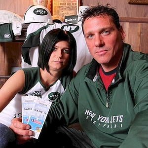 Illustration for article titled Wheelchair Lady, Off-Duty Cop Took Down Loud Jets Fan