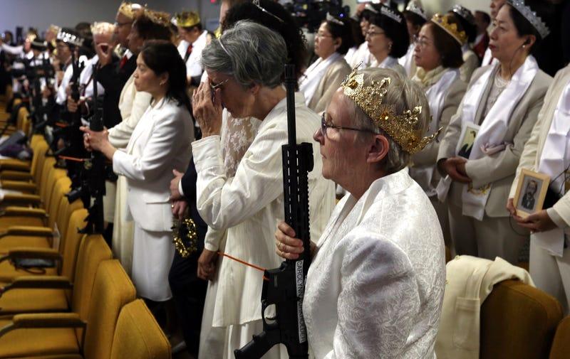 Illustration for article titled Una iglesia en Estados Unidos lleva a cabo una ceremonia con rifles de asalto AR-15