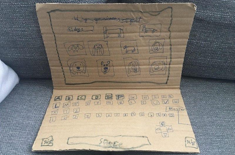El ordenador de cartón de Emma Marcano.