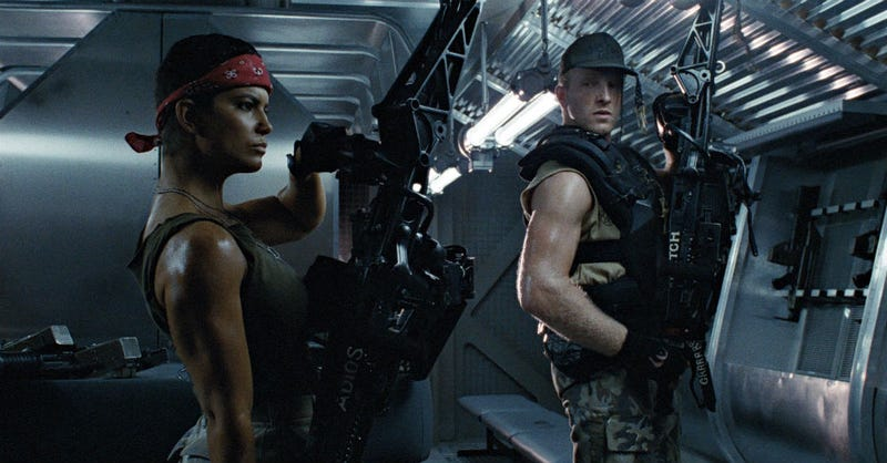 Vasquez and Drake holding a few M56 Smart Guns in James Cameron's Aliens. Image: Fox